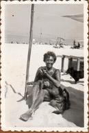 Photo Originale Portrait De Pin-Up En Mode Bronzette Sur La Plage, Tellement Bronzée Quelle En Est Devenue Black & Chien - Pin-ups