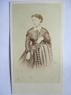 Photo CDV  H. Baudon, Grenoble - Epoque Napoléon III - Femme Accoudée à Un Fauteuil - TBE - Photographs