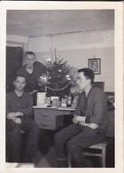 Foto 3 Deutsche Soldaten Bei Weihnachtsfeier - Weihnachtsbaum Hitler-Bild - 1943 - 8*5,5cm (36940) - Krieg, Militär