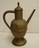 PL. 396. Pot En Cuivre à Bec Verseur Pour Alimenter En Huile Des Lampes D'église - Cuivres