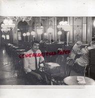17- LA ROCHELLE- INTERIEUR DU CAFE DE LA PAIX-  RARE PHOTO ORIGINALE GEORGES ARRAMY 1987- - Lieux