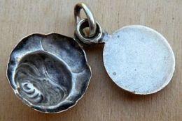 Médal-069 Médaille Ancienne Ouvrante En Métal Jaune Sancta Téresia A Jésu Infante - Religion & Esotérisme