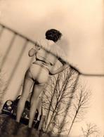 Photo Originale Peugeot 203 Et Les Fesses De Madame Dans Son Maillot De Bain En 1952 - Sexy Car - Cars