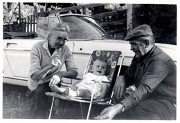 Photo Originale Grands-Parents Dans Le Vent Posant Avec Leur Petit-Fils & Renault Caravelle, Cabriolet Alpha Roméo ??? - Cars