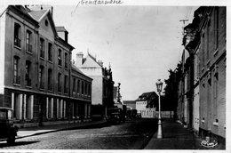 CPSM Dentellée - YVETOT (76) - Aspect De La Gendarmerie Et De La Rue Du Havre En 1954 - Yvetot