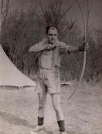 Photo Originale Sports & Loisirs - Le Tir à L'Arc En Forêt Dans Sa Petite Culotte Courte Bavaroise En 1956 - Sports