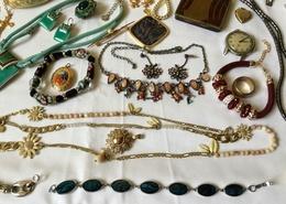 Lot De Bijoux Et Petits Objets De Vitrine - Jewels & Clocks