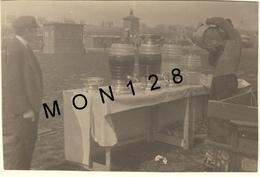HIPPODROME PARIS LONGCHAMP GRAND PRIX DE PARIS 1921 DISTRIBUTEUR DE BOISSONS-  PHOTO D'ORIGINE 11x7 Cms - Plaatsen