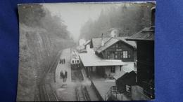 TRAIN EN GARE D ALBAN SUISSE CLICHE J BAZIN  MARTIGNY  A ETE AGRAFEE ATTENTION PHOTO PAS CP MAIS FORMAT CP VOIR DOS SCAN - Eisenbahnen