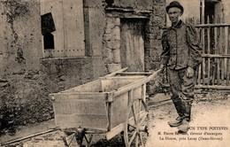 UN TYPE POITEVIN M.PIERRE SERVANT ELEVEUR D'ESCARGOT LA DOUVE PRES LEZAY - France