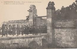A L'ILE DE RE- SAINT MARTIN - LE DEPART DES FORCATS POUR LA GUYANE- LE DEFILE A LA SORTIE DE LA CITADELLE - - Bagne & Bagnards