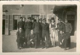WW 2 .  Aviateurs Allemands Et Une Jeune Femme à Lyon . AVIATION  ALLEMANDE .  Beau Format . - War, Military