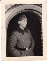 Foto Deutscher Soldat Mit Schiffchen - Görlitz - 2. WK - 8*5,5cm (36962) - Krieg, Militär