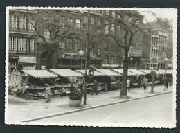 LIEGE. Photo Carte. Place Du Marché En 1966. Nombreuses échoppes. Au Dos, Pub Corsetterie Ducourant. 2 Scans - Liege