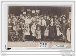 4028 AK/PC/CARTE PHOTO/758/PARIS /GROUPE DEVANT MAGASIN DE TISSUS - Cartoline
