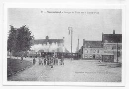 (RECTO / VERSO) WORMHOUT - N° 11 - PASSAGE DU TRAIN SUR LA GRAND'PLACE - RETROSPECTIVE - REPRODUCTION SUR CPM GF - Wormhout