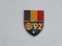 Pin's 1992, EXPOSITION UNIVERSELLE DE SEVILLE, DRAPEAU BELGIQUE - Villes