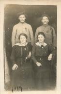 CARTE PHOTO DEUX SOLDATS ET LEURS FEMMES 1919 FIN DE GUERRE - Guerre 1914-18