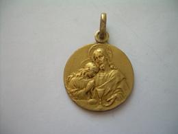 MEDAILLE RELIGIEUSE En PLAQUE OR... Souvenir De Communion 6 Mai 1928 Monogramme A G ....2 Scans - Religion & Esotérisme