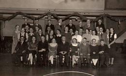 Photo Originale D'une Bande De Jeunes Dans Une Salle Des Fêtes Décorée En 1938 Pour Le Bal De L'école - Anonymous Persons