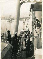 PHoto D'enfants En Visite Sur Un Bateau De Guerre à Toulon HMS Belfast ? Marins Au Bachi - Boats