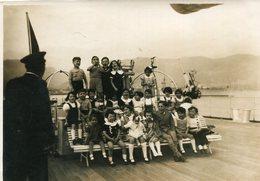 PHoto D'enfants En Visite Sur Un Bateau De Guerre à Toulon HMS Belfast ? La Capitaine ? - Boats