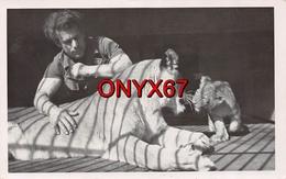 Carte Postale Photo LIONNE Et Son Petit (Animaux-Félin) En Cage ZOO ? CIRQUE ?  PHOTO 2 - Lions