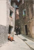 Carabinieri In Pattuglia In Un Piccolo Centro Urbano - Uniformi