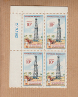 """MADAGASCAR   Neuf     Bloc De 4    Coin Date     Le 27 9 1962     """"  Recherches Petrolieres 10F """"  YT Num 374 - Madagascar (1960-...)"""