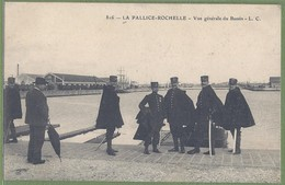 CPA TOP ANIMATION - CHARENTE MARITIME - LA PALLICE  ROCHELLE -  VUE GENERALE DU BASSIN - DOUANIERS - L.C. / 816 - La Rochelle
