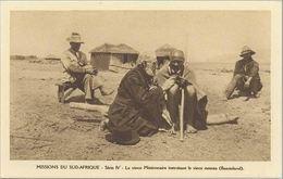 CPA LESOTHO - BASUTOLAND - Le Vieux Missionnaire Instruisant Le Vieux Mosuto - Belle Animation - Lesotho