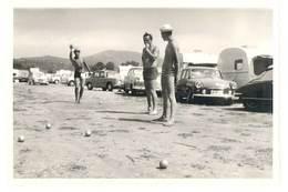Photo Ancienne Automobiles , Camping, Jeu De Boules, Pétanque ( Renault, Citroën, VW, Caravanes ) - Automobiles