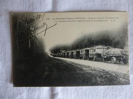 GUERRE 1914+18  -  UN CONVOI AUTOMOBILE  ATTENDANT DE MONTER VERS LE FRONT - Vrachtwagens En LGV