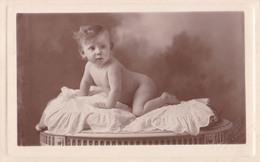 ENFANT - FILLETTE / BÉBÉ NU - CHILD - LITTLE GIRL / NAKED BABY - CARTE PHOTO / REAL PHOTO - ANNÉE / YEAR : 1926 (aa072) - Kinder