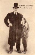 Un Géant   Armand Pris Avec Un  Homme De Hauteur Normale - Photos