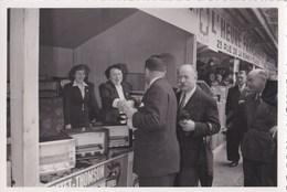 Photo Prise à La Foire De Cahors (46) Visite Du Maire Au Stand Ducretet Thomson Radio  -  Fin Années 50 - Persone Identificate