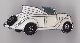 PIN'S THEME AUTOMOBILE  UNE WOLKSWAGEN  DECAPOTABLE  BLANCHE - Volkswagen