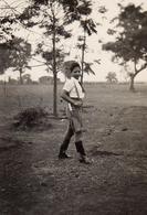 Photo Originale Adolescente à La Coiffure Banane Et Fusil à L'épaule Vers 1940 - BDM - Personnes Anonymes