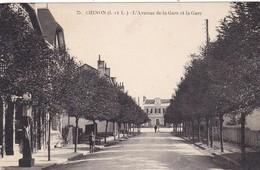 37. CHINON. CPA  . L'AVENUE DE LA GARE ET LA GARE VERSION PEU COURANTE. + TETE - Chinon