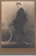 Photo Sur Carton D'un Homme Sur Un Vieux Velot - Cyclisme