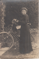 Photo Cartonnée D'une Femme Sur Un Vieux Velot - Cyclisme
