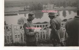 WW2 PHOTO ORIGINALE Soldats Allemands & Français REDDITION 1940 à FONTAINE LE PORT Près Nangis Melun 77 SEINE ET MARNE - 1939-45