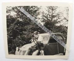 Citroen 2CV 2 CV Homme Chasseur En Short Carabine Fusil Lapin Mort Petite Photo Originale Snapshot - Automobiles