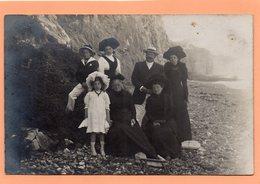 CARTE PHOTO - 76 - LE TREPORT - FAMILLE SUR LA PLAGE AU PIED DE LA FALAISE - Le Treport