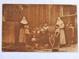 C.P.A. : THAILANDE : BANGKOK, Ecole Du Rosaire, M. Gabrielle, M. Agnès Donnant Soins Maternels Petites Orphelines, Bain - Thaïlande