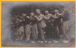 CPA Photo à Identifier : Folklore! Danses ! Costumes! Personnages! Pays!. Verso Aucune Mention - Personnages