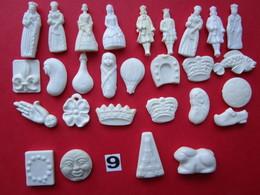 24 Divers FÈVES Plastiques Blanches + 4 FÈVES En Céramique (bas De La Photos) - Envoi + Frais - Characters