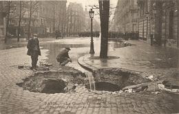 Cpa Paris La Grande Crue De La Seine 1910  Ezffondre Ment D'un Egout Boulevard St Germain - Inondations De 1910