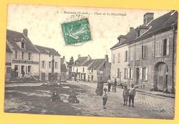 """Carte Postale En Noir & Blanc """" Place De La République """" à BEYNES - Beynes"""