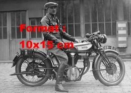 Reproduction D'une Photographie Ancienne D'un Homme Sur Une Ancienne Moto Norton En 1940 - Repro's